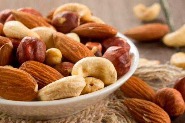 Чем полезны орехи для кормящей мамы и малыша