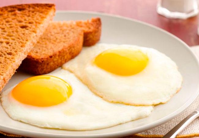 жареные яйца кормящей маме